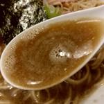 らぁめん家 有坂 - 【2018.4.20(金)】味玉醤油らぁめん(並盛・130g)880円のスープ