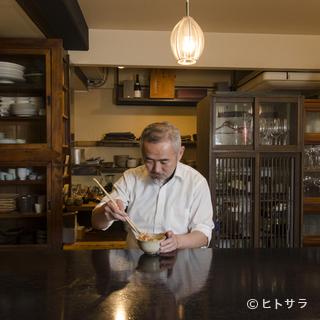 「木・石・紙」をテーマに掲げる店内に、温かみのある空気が漂う