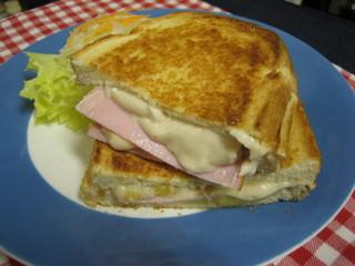 cafe FAB - ガッツリサンドの「ハムとチーズのグラタンサンド」(ドリンクセットでどうぞ!)¥1150