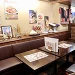 サワデーすみ芳 - テーブル席