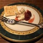バー チェロキー - チェダーチーズのクリームとイチゴのコンポート