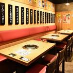 大衆 焼き肉ホルモン 大松 - 片側ベンチ席も4名様×9卓をご用意。