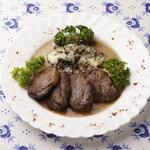 ペレストロイカ - メダリオンイズコヴァデニ。ほど良く焼いたステーキにロシア風、きのこソースがたまらない!