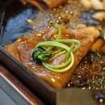 三嶋亭 - 牛肉に三つ葉をのせて