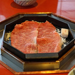 三嶋亭 - その上にお肉をのせます