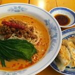 中国ラーメン 揚州商人 - 冷しタンタン麺 920円、麺の大盛り無料、餃子 100円(クーポン券利用)