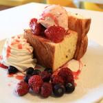 はちの巣カフェ - キュービックトースト ベリーベリーのハーフ