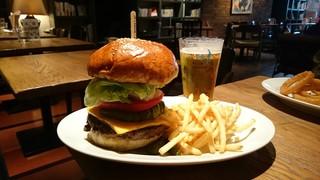 ブルーブックスカフェ 静岡 - アボカド&チェダーチーズバーガー