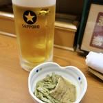 親爺 - 山菜の煮物(お通し) と生ビール
