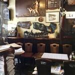 ゼー六 - 店内風景。店の中央付近に、新聞入れが置かれているのが、ユニーク。この上で、店の昭和なオネイサンが新聞を読んでいた。