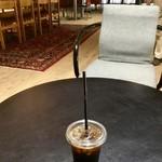 タカムラ - 1階カウンターでコーヒーや紅茶を購入し、好きな場所(1階イートイン、テラス席、および2階)で飲むことが出来る。今回はアイスコーヒーをいただいた。
