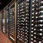 タカムラ - 1階の販売フロアの1番奥にある、大きなワインセラー。