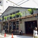 タカムラ - 店舗外観。想定以上の大きさだった。テラス席もあることが分かる。