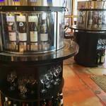 タカムラ - ワインのセルフ試飲装置。プリペイドカード式なので今回はパスしたが、リピーターには画期的な仕組みだ。