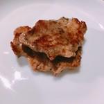 焼肉ホルモンブンゴ - 焼いた後の上タン、カボスで。