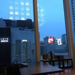燦 - 窓の外は梅田のビル群が見える