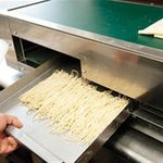 自家製麺 ラーメンK - 注文を受けてから、自家製麺をこちらの機械でカットいたします♪