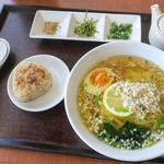 シュンシャン・春香 - 料理写真:「鯛塩らーめん+茶漬けセット」(834円+税)。