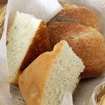 トラットリア ラ・ルーチェ - パンは2種類。ライ麦のパンとフォカッチャ。<2011_06>
