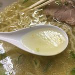 ヒマラヤラーメン - スープには刻んだ柚子がたっぷり