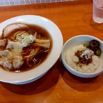 84571802 - 【2018.4.22(日)】自家製醤油ワンタン麺(大盛・200g)850円+ミニそぼろごはん250円