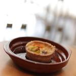 栄久 - オイルサーディンとトマトと新玉ねぎキッシュ(本日の特別サイズ)