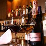 銀座 海老料理&和牛レストラン マダムシュリンプ東京 - カウンターでスタッフと語らいながらお好みのお酒でもいかがですか。