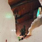 クラブハウス - アバンギャルドな崩れた壁。