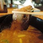 二代目 麺やケイジロウ - チャーシューは、炙りを入れた豚バラ肉。スライス&ブロックカットの二種類の形状の肉が沈んでいた。