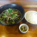烏龍 - 料理写真:「黒炭々麺」700円・「白ご飯小」100円