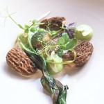 84597942 - アミガサタケ、鶉の卵のポーチドエッグ、スナップエンドウ、アーモンド、カタクリの葉