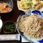 農家食堂 神明そば 慶 - 相方が天ぷらを食べたがったので頼んだ「二八蕎麦・野菜天もり」でしたが…