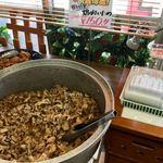 84598337 - 大鍋で煮込まれていた「親方特製・鶏肉炒め」は、なんと詰め放題(@_@)