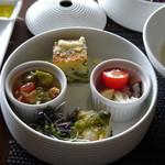 Terrace Restaurant COMFORT HOUSE - ◆しらすのフリッタータ、早生キャベツとサルシッチャのミルフィーユ、燻製タコとセロリのマリネ どの品も丁寧に作られていて、この価格の前菜としては上質。