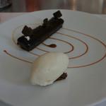 84602525 - ショコラとキャラメルのブノワ風と牛乳のアイスクリーム