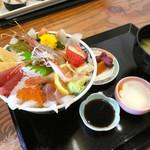 すし幸 - 12色海鮮丼 ¥1000(税別)。温泉卵(味はついていません)、香の物、お味噌汁付きです。