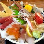 すし幸 - 12色海鮮丼のアップ。白飯 or すし飯、胡麻ダレ or 醤油、がそれぞれ選べます。見た目だけでテンションアップでしたが、ネタもすし飯もおいしくて、感動でした!