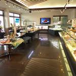松月堂 - 店内は広々としており、和菓子や洋菓子をあれこれ見て回るのが楽しい