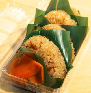 松月堂 - おにぎり型なので、ドライブ中の軽食としても食べやすい。具は舞茸と人参だけ、とてもシンプル