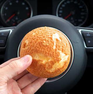 松月堂 - シューは、ほぼ真ん丸な球体。ちょうどハンドルの中央部分に収まります(笑)