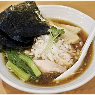 中華蕎麦 はる - 料理写真:特製煮干香味蕎麦 1000円 食欲をそそるピンク色のお肉が隠れてしまってるのが惜しい。