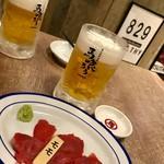 84625526 - 飲み放題¥1800外税の黒ラベルビールとお通し¥350外税…馬ももの刺身