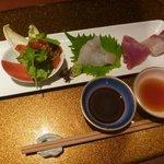 野菜割烹 あき吉 - お造り:本日の鮮魚三種盛り、あしらい一式