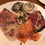 Bisutorouokin - ●海の幸のカルパッチョ6点盛り合わせ(ハーフ) 生牡蠣1個、かつお2切れ、サーモン2切れ、タイ2切れ、ブリ2切れ、タコ3切れ。