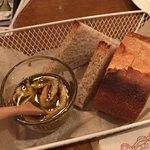 Bisutorouokin - ●お通し ニンニクと玉ねぎとエビのオイルのバ ケット(2種)