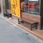 なりたけ - 店外のウェイティングスペース