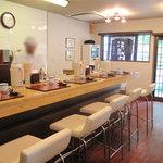 あずみ - カウンター8席のお店です。モダン和食屋さんのようなテーブルセッティングも美しい!