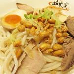 桂林米粉 山水家 - チャーシューが3種、煮玉子ハーフ、揚げ大豆などがトッピングされています。