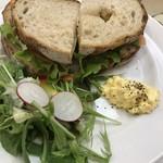 84657359 - スモークサーモンのサンドイッチ。ゆで卵のフィリングも添えられています。