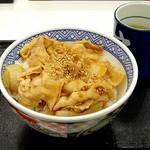 吉野家 - 料理写真:新味豚丼です 少し値上げで350円(並盛・8%込) 写真上で新味を見分けるポイントは「ゴマ」です